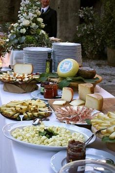 Ah, Italy! This country is perhaps one of the most beautiful and romantic ones in the world, and if you are planning a destination wedding, pay your attention to Tuscany. This is an adorable place...