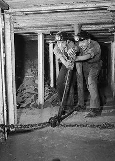 Aberaman Miners Training Centre  Teitl Cymraeg/Welsh title: Canolfan Hyfforddi Glowyr Aberaman Ffotograffydd/Photographer: Geoff Charles (1909-2002) Dyddiad/Date: October 5, 1951 Cyfrwng/Medium: Negydd ffilm / Film negative