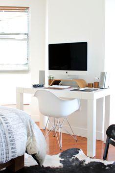 Alors que les chambres d'enfants accueillent généralement un bureau, il est plus rarement installé dans la chambre des parents. Cependant par manque de place, un bureau peut être établi dans cette dernière. Comment l'aménager pour qu'il ne devienne pas envahissant. Voici quelques conseils pratiques ! #coin #bureau #chambre #teletravail #homeworking #office #inspiration #petit #espace #parentale #decoration Bedroom Comforter Sets, Wood Bedroom Sets, Small Bedroom Furniture, Contemporary Bedroom Furniture, Bedroom Tax, Bedroom Drawers, Ikea Bedroom, Bedroom Storage, Gold Bedroom