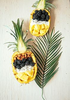 Pineapple breakfast bowls, these look soo yummy! Pineapple Breakfast Bowls, Pineapple Bowl, Breakfast Fruit, Smoothie Bowl, Smoothies, Quiche Vegan, Açai Bowl, Good Food, Yummy Food