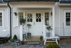 SK: Front porch inspiration SK: Front porch inspiration The post SK: Front porch inspiration appeared first on Landhaus ideen. Home Focus, Swedish Cottage, House On Stilts, Cottage Exterior, Nordic Home, Decks And Porches, Home Reno, Exterior Doors, Windows And Doors