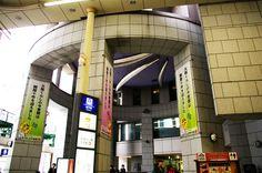 地下鉄天神橋筋六丁目駅。待ち合わせしている人も多い場所。