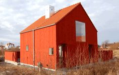 Sands hus sparsmakat i rött Farmhouse Architecture, Space Architecture, Barn Renovation, Weekend House, Small Buildings, Little Houses, Detached House, Modern Farmhouse, Interior And Exterior
