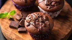 Do čokoládových muffinů patří kousky čokolády. Chocolate Protein Muffins, Banana Protein Muffins, Healthy Hot Chocolate, Double Chocolate Muffins, Hot Chocolate Recipes, Melted Chocolate, Baking With Protein Powder, Low Carb Deserts, Latte Recipe
