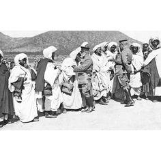1.3.1914 (CA.)EL GENERAL MARINA EN LA ZONA ORIENTAL DE MELILLA. LOS CAIDES DE ULAD SETTUT Y BENI-BU-YAHI, EN EL CAMPAMENTO DE ZAIO, BESANDO LA ROPA DE LOS GENERALES MARINA Y JORDANA EN SEÑAL DE RESPETUOSA SUMISIÓN: Descarga y compra fotografías históricas en   abcfoto.abc.es