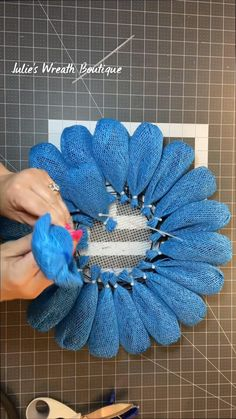 Easy Burlap Wreath, Burlap Flower Wreaths, Mesh Ribbon Wreaths, Easy Fall Wreaths, Wreath Crafts, Deco Mesh Wreaths, Diy Wreath, Flower Crafts, Diy Crafts