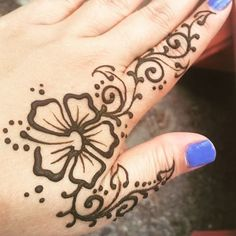 Do you like this tattoo? Henna Tattoo Hand, Hawaiianisches Tattoo, Tattoo Care, Henna Mehndi, Body Art Tattoos, Hand Tattoos, Mehendi, Henna Hand Designs, Mehandi Designs
