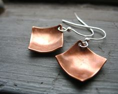 Earrings are one of the easiest DIY jewelry projects to make. Here are some ideas for simple earrings that only take a few beads, some findings, and a pair of jewelry pliers. Simple Earrings, How To Make Earrings, Copper Earrings, Copper Jewelry, Gemstone Earrings, Beaded Earrings, Earrings Handmade, Beaded Jewelry, Diamond Earrings