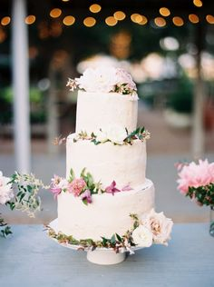 wedding cake with flowers - http://ruffledblog.com/chic-houston-garden-wedding #weddingcake #cakes