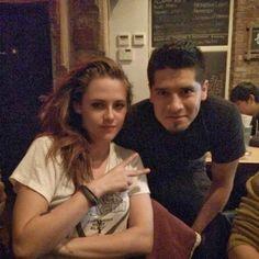 Kristen Stewart está em New York gravando seu novo filme, Still Alice, e um fã sortudo conseguiu uma foto com a atriz ontem. A imagem foi feita à noite e parece ter sido em um restaurante/lanchonete onde provavelmente Kristen foi comer.