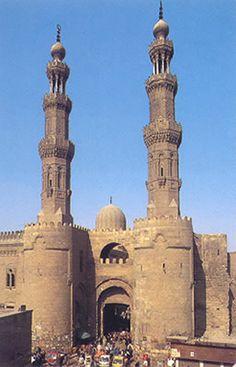 Puerta de Bab al-Zuwayla. Recinto amurallado de El Cairo (Egipto), siglo XI. Las torres defensivas está dominadas por minaretes edificados en el siglo XV por los mamelucos.