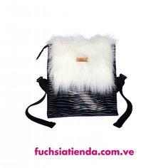 La navidad llega con nuevos productos  Tenemos este NUEVO bellísimo White Fluffy Backpack  Sus medidas aproximadas son 30cmx30cmx11cm. Tiene un cierre debajo de su tapa fluffy para que sea mucho más seguro  Para compras puedes ingresar a http://ift.tt/2fj6g3k (link en la bio) o puedes escribir al 58 4126460633