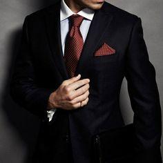 I love a red tie + pocket square with a dark suit Dapper Gentleman, Style Gentleman, Sharp Dressed Man, Well Dressed Men, Mode Masculine, Suit Fashion, Mens Fashion, Fashion Black, Style Fashion