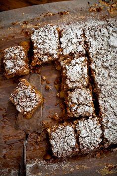 Walnuss-Kuchen mit Schaum und Preiselbeeren