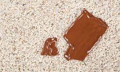 Cómo eliminar mancha de chocolate de la alfombra: con papel absorvente secar todo el sobrante de la mancha, poco a poco ir pulverizando una mezcla de amoníaco y agua y frotar con mucho cuidado para no extenderla. Luego, pasar el aspirador y como nueva!
