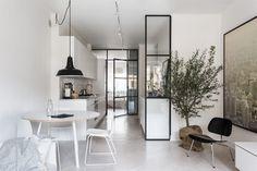Questo appartamento non abbonda certo in metri quadrati, ma è un vero gioiello scandinavo in termini di luminosità, organizzazione degli spazi e calorosa essenzialità. It's Stockholm life!