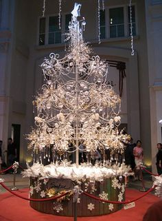 Singapore jeweler Soo Kee Jewellery has produced the world's most expensive Christmas tree. This magnificent tree is currently on display at Bugis Junction shopping mall in Singapore. It is encrusted with 21,798 glittering diamonds totaling 913 carats, 3,762 crystal beads and is decorated with 456 lights. With a height of 6 meters and weighing at 3,215 kg, it is worth US $ 1,005,000.