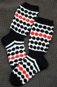 Nämä Marisukat on sitten ihanan piristäviä. Nyt kokeilin laittaa väliin punaista raitaa. Väriyhdistelmä toi heti herkkuja mieleen. Salmiak... Fair Isle Knitting, Knitting Socks, Knitting Ideas, Wool Socks, Marimekko, Handicraft, Mittens, Knit Crochet, Handmade