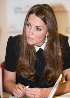 Kate Middleton Photos - Catherine, Duchess of Cambridge during her visit to the offices of Child Bereavement UK on March 2013 in Saunderton, Buckinghamshire. Kate Middleton Makeup, Kate Middleton Pregnant, Kate Middleton Photos, Kate Middleton Style, Prince William And Catherine, William Kate, Surprise Face, Princesa Kate Middleton, Herzog