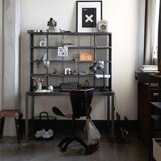 Zwart stalen bureau met losse opzetkast uit de collectie van New Routz. Alle