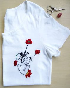 Diy Embroidery Shirt, Embroidery On Clothes, Creative Embroidery, Embroidered Clothes, Hand Embroidery Designs, Hand Embroidery Stitches, Diy Clothing, Custom Clothes, Mode Turban
