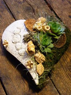 Sympathy Flowers, Deco Floral, Christmas Mood, Flower Arrangements, Centerpieces, Projects To Try, Funeral, Texture, Diy