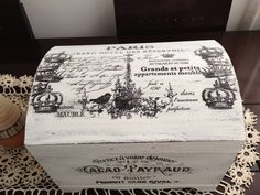 Se vc tem interesse ou gosta do estilo Vintage provençal, Shabby Chic, aqui é seu lugar! Shabby Chic, Trinket Boxes, Vintage World Maps, Sweet Home, Painting, Trunks, Candy, Amazon, Image Transfers