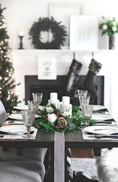 A Christmas Dinner Party Tablescape & Menu Plan starts here with a simple stylish table setting, and delicious menu with recipes. Click through to see all the details. Merry Christmas, Simple Christmas, Christmas Holidays, Modern Christmas, School Holidays, Christmas Recipes, Christmas 2019, Christmas Cocktail, Holiday Dinner