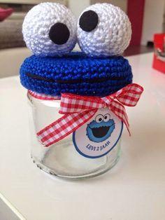 Free crochet pattern for Cookie Monster jar lid cover (en alemán) Crochet Home, Knit Or Crochet, Crochet Gifts, Crochet For Kids, Crochet Baby, Crochet Jar Covers, Loom Knitting, Crochet Animals, Cookie Monster
