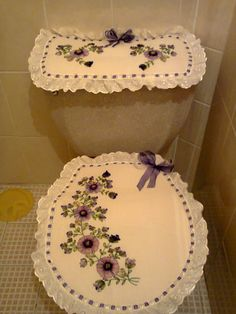 Juego de Baño bordado en listón Morado-Lila Hand Embroidery Art, Silk Ribbon Embroidery, Bathroom Crafts, Bathroom Sets, Sewing Projects, Projects To Try, Ribbon Work, Ribbon Crafts, Soft Furnishings