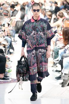 See all the Collection photos from Sacai Spring/Summer 2020 Menswear now on British Vogue Most Beautiful Pictures, Vogue, Fashion Show, Kimono Top, Runway, Men Casual, Menswear, Spring Summer, Mens Tops