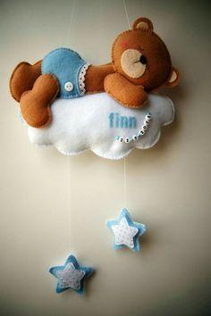 Handmade by JoHo - Vilten beer op wolk met sterren. Felt be Baby Crafts, Felt Crafts, Diy And Crafts, Crafts For Kids, Baby Mobile, Felt Mobile, Sewing Toys, Baby Sewing, Felt Baby