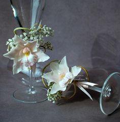 Свадебные бокалы с орхидеями цимбидиум. Украшение в прическу.. Свадебные бокалы с орхидеями цимбидиум и корнями из полимерной глины.  Станут прекрасным дополнением Вашей свадьбы или подарком для молодоженов.  Цветы слеплены и тонированы вручную.    Цена указана за украшение, общая…