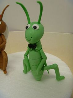 Ant and Grasshopper cake toppers Polymer Clay Disney, Polymer Clay Fairy, Polymer Clay Animals, Polymer Clay Dolls, Craft From Waste Material, Clay Crafts For Kids, Making Fondant, Cake Templates, Clay Fairies