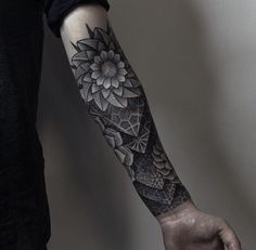 Indeed, geometric trend has invaded forearm tattoos... By Cstdvts.