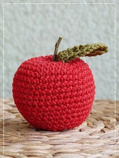Crochet Fruit, Knit Crochet, Darning, Crochet Projects, Crochet Ideas, Straw Bag, Crochet Earrings, Presents, Christmas Ornaments
