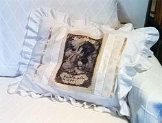 Muista olla kiltti -tyynynpäällisessä silitettävä siirtokuva ja tilkkukaitaleita.