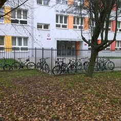6 lat edukacji zarówno praktycznej jak i teoretycznej 2 lata akcji Rowerowy Maj oraz kilka innych i powoli widać efekty ;-) Dzisiaj jest ok 15 stopni i jesień A dzieciaki dojeżdżają do szkoły rowerami.