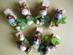 秋になるといっぱい落ちているどんぐりたち。 どんぐりを使ったクラフトは大人にも子どもにも人気です。 そんなどんぐりを使って、今回はトトロの作り方とみなさんのアイデアをご紹介します。 100均あり、ハロウィンアレンジもありです。 Diy And Crafts, Crafts For Kids, Arts And Crafts, Paper Crafts, Totoro, Christmas Wreaths, Christmas Crafts, Christmas Ornaments, Acorn Crafts