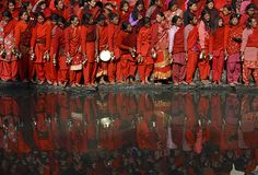 Devotees stand on the banks of the Bagmati River during the Swasthani Bratakatha festival in Kathmandu, Nepal, on Jan. Fotojournalismus, Photo Journal, Real People, Nepal, Real Life, Travel Photography, Around The Worlds, Culture, Red