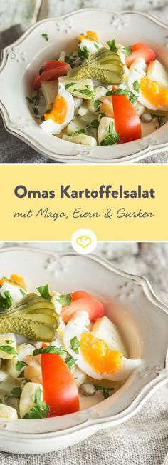 Da werden Kindheitserinnerungen wach. Kartoffelsalat mit Mayonnaise, Eiern und Essiggurken - Omas bestes Rezept.