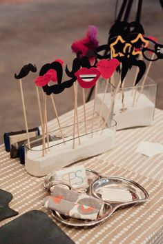 Super cool and simple: How to build a quick photo booth for your New Year's party! - Funny accessories are a must for photobooths - Diy Photo Booth, Photo Booth Backdrop, Photo Props, Props Photobooth, Wedding Photo Booth Props, Backdrop Ideas, Photo Booths, Wedding Tips, Diy Wedding