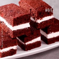I want 10 slices of this cake. Credit: N Oven Homemade Cake Recipes, Cookie Recipes, Dessert Recipes, Yummy Recipes, Eggless Cake Recipe Video, Snickerdoodle Cake, Strawberry Cake Recipes, New Cake, Chocolate Chip Recipes