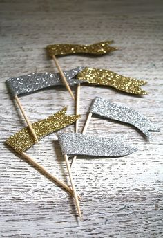 Celebrate! Image cupcakes with little Gold Flags -detail item- Gold Glitter