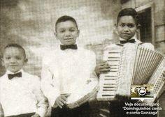 Com um pequeno acordeão de oito baixos ele se apresentava em feiras livres e portas de hotéis em troca de algum dinheiro junto com seus dois irmãos, com quem formava o trio Três Pinguins.