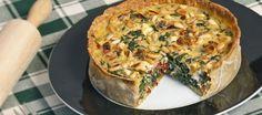 Een kleine quiche met spinazie, tomaatjes en geitenkaas lekker voor bij de lunch of high tea