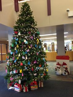 Christmas tree with decorations from kids @ OLPL
