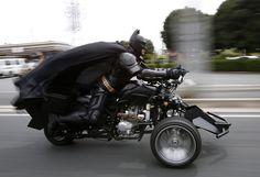 """Un hombre de 41 años de edad, que usa el nombre de Chibatman, monta su """"Chibat"""" en el camino en Chiba, al este de Tokio. Este hombre, que se viste como el de superhéroe Batman, pasea en su motocicleta tuneada como en la que utiliza el personaje en la película """"El caballero de la noche"""". (REUTERS)"""