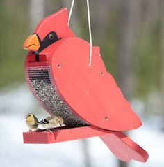 Pick a feeder to attract specific birds. Bird Feeder Plans, Bird House Feeder, Diy Bird Feeder, Homemade Bird Houses, Homemade Bird Feeders, Wooden Projects, Wooden Crafts, Woodworking Projects That Sell, Youtube Woodworking