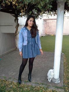 Look vestido azul com jaqueta jeans